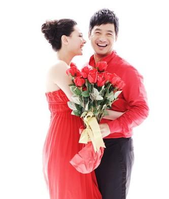 红玫瑰花婚纱照表达炙热的爱