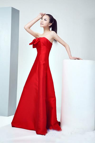 大红色婚纱礼服的典雅贵气