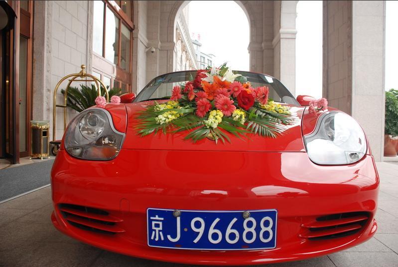 婚礼彩车攻略 >> 婚车装饰可是必不可少的         常见的是用西式图片