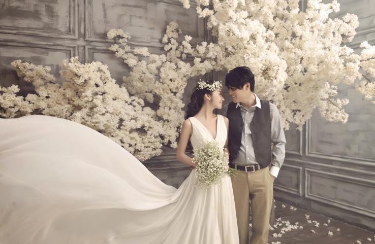 韩式婚纱摄影写意般的手法能够记录下最真实感动的瞬间,为婚纱照注入梦幻般的色彩,呈现出更加活力生动的爱情故事。在视线停留的一瞬间,那温暖如潮水般的幸福感就已经涌上心头。   想要拍出原滋原味的韩式婚纱照,并不是一个遥不可及的梦想。目前汕头也有很多摄影机构都推出了韩式婚纱摄影套系。这些资深摄影师不仅深得韩国婚纱照的精髓,拍出的意境也绝对不比地道的韩版婚纱照有丝毫的逊色。   欧式婚纱摄影解析:   欧式婚纱摄影又叫宫廷婚纱摄影,他是模仿欧洲中世纪贵族的一种婚纱摄影,穿着欧洲贵族的礼服在以宫廷为背景的地方